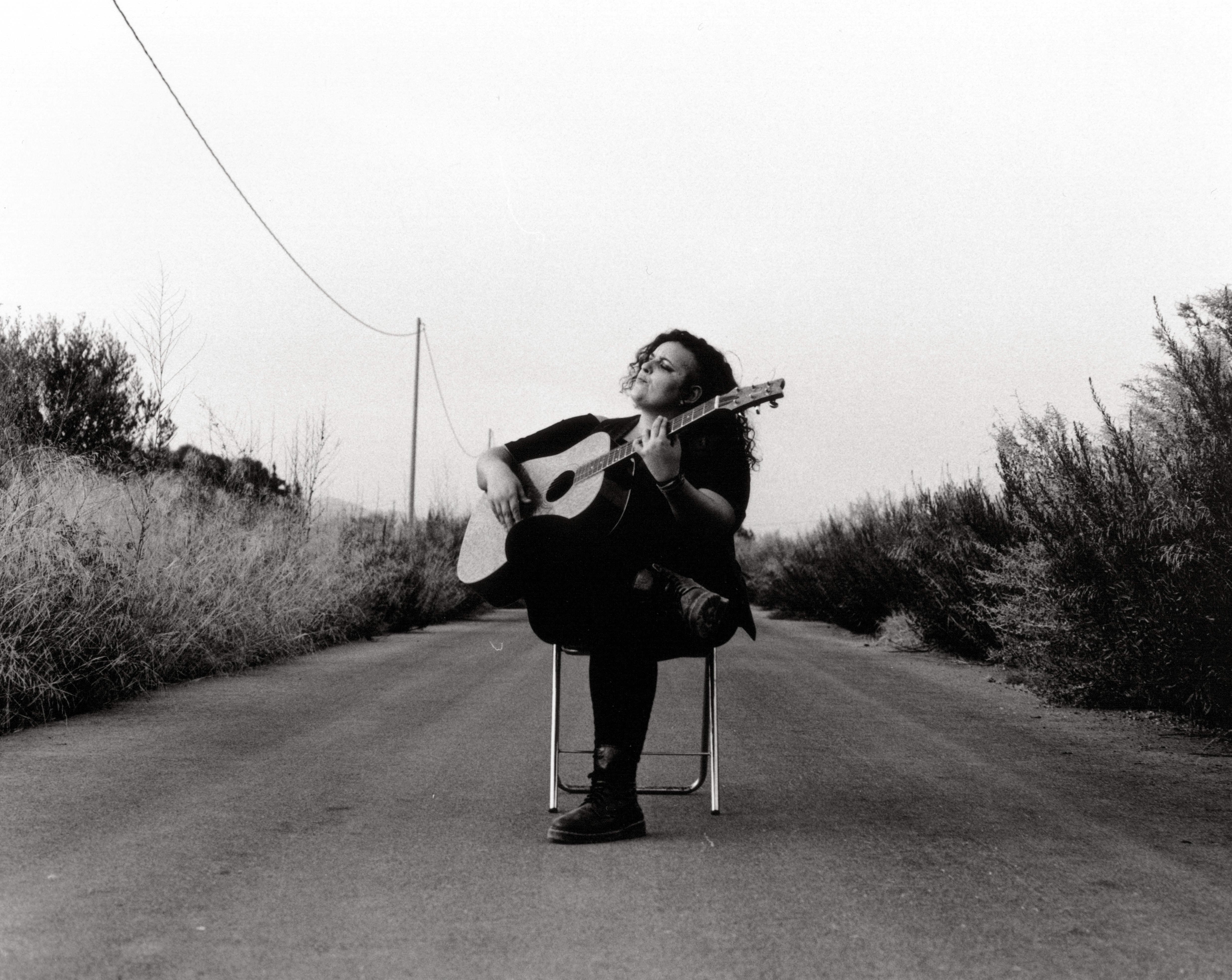 """""""Carretera y Mantras"""", Road Ramos (cantautora)"""